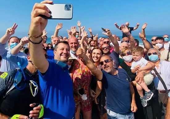 Salvini torna a Mondragone e attacca i centri sociali