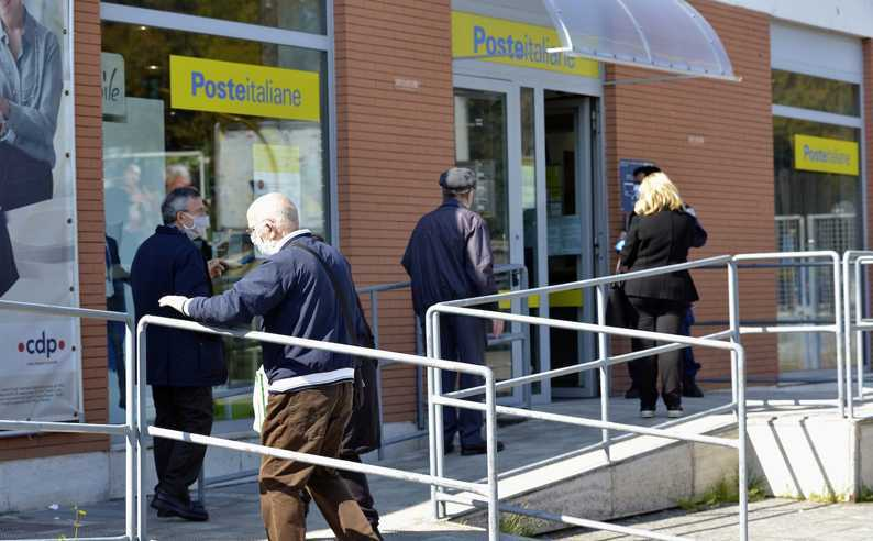 Poste italiane: le pensioni di ottobre in pagamento da domani
